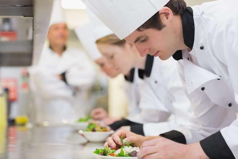 Cum să câștigi mai mult ca bucătar: cursuri de calificare și certificări folositoare