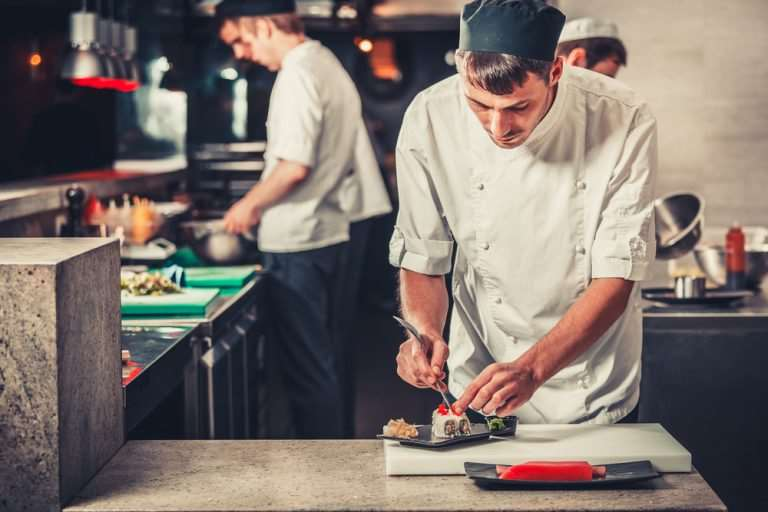 Cum îți crești șansele de reușită dacă vrei să te angajezi ca bucătar în străinătate