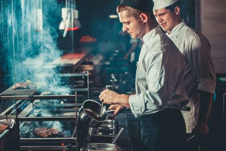 Ce te așteaptă la un post de bucătar. Avantaje, posibile compromisuri și detalii mai puțin știute