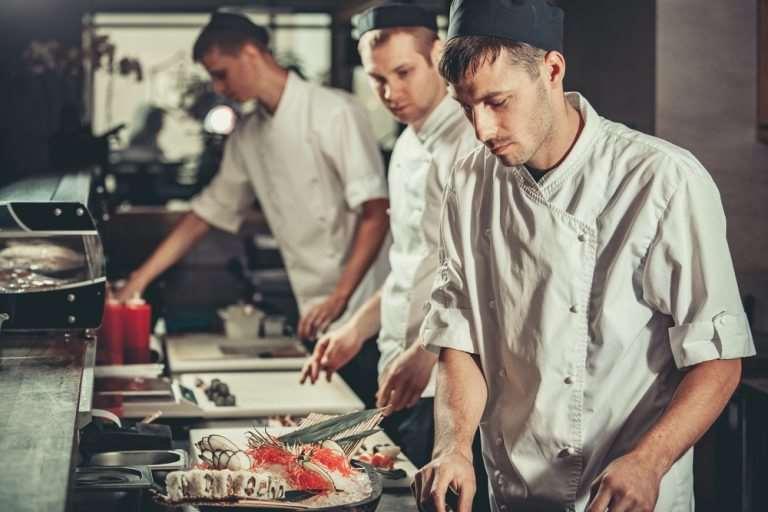 Ce trebuie să știi dacă vrei să lucrezi ca bucătar: salariu, aptitudini și responsabilități