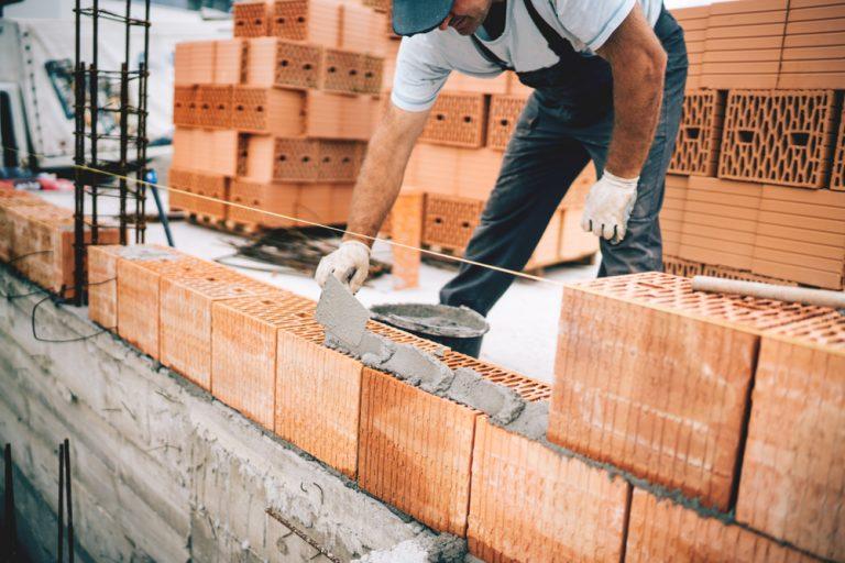 Ce trebuie să știi dacă vrei să lucrezi ca zidar, faianțar sau rigipsar: salariu, aptitudini și responsabilități