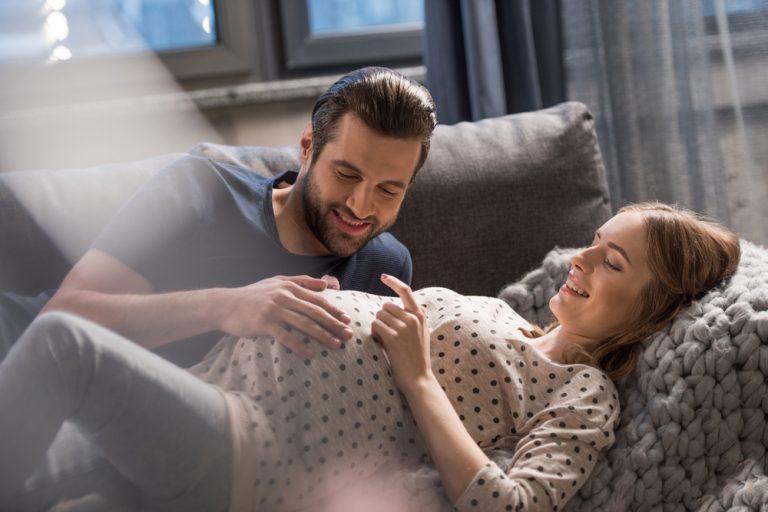 Concediu maternal: cum îl obții, câți bani poți primi lunar și cât timp poți să stai acasă