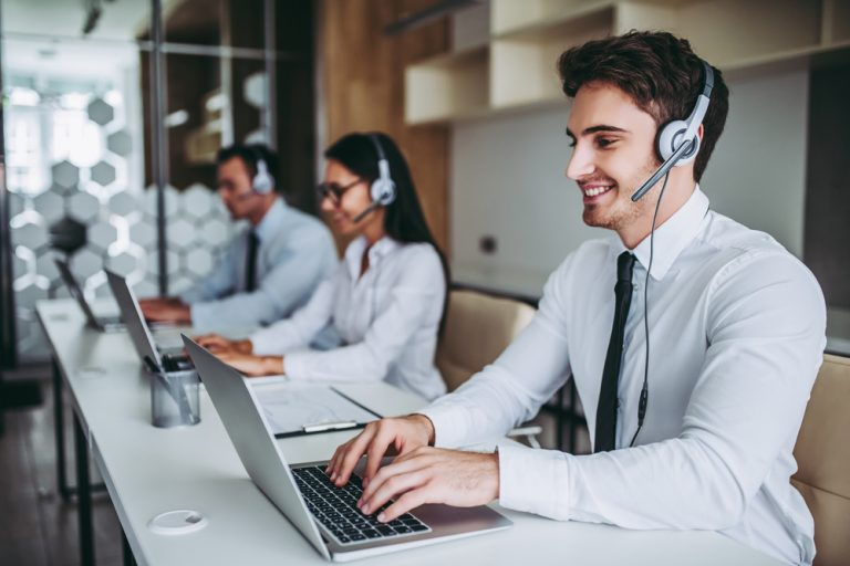 Bani buni cu un loc de muncă în call-center: avantaje și posibile compromisuri la care sa te aștepți