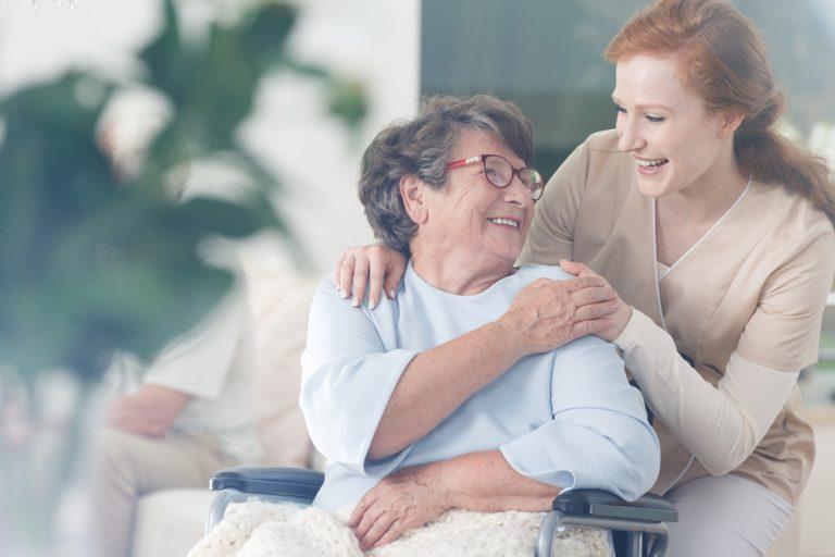 Ce presupune meseria de îngrijitor bătrâni la domiciliu