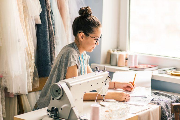 De ce să alegi un job de croitor: ce trebuie să știi să faci, de ce aptitudini ai nevoie și cât poți câștiga