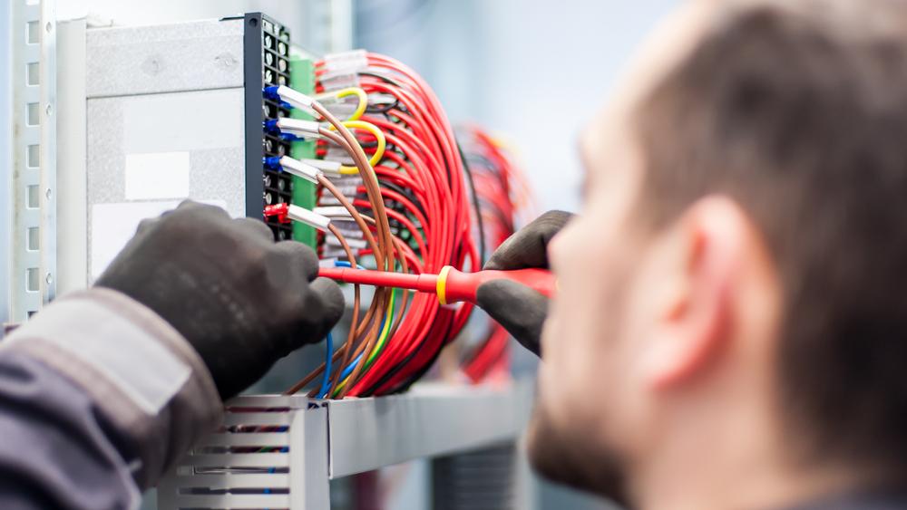Cauti un electrician?