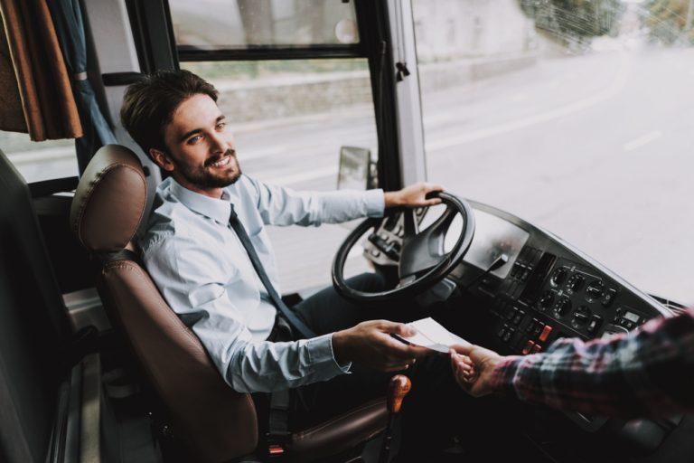 Ce ar trebui să știi dacă vrei să te angajezi ca șofer: avantaje, dezavantaje și lucruri mai puțin cunoscute