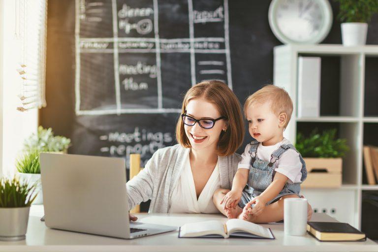 Obținerea de venituri pe perioada concediului de creștere a copilului, în 2019. Ce spune legea, ce sumă poți obține fără a pierde indemnizația