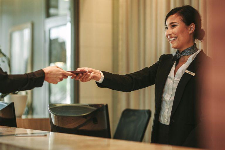 Vrei să te angajezi ca recepționer? Abilități necesare, sarcini, program de lucru și salariu
