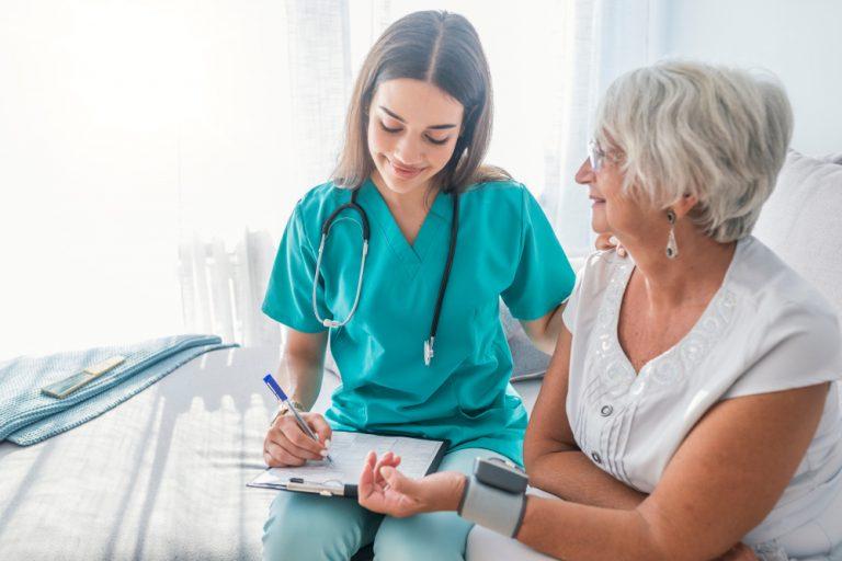 Asistent medical: ce studii trebuie să urmezi, care sunt calitățile de care ai nevoie și cât poți câștiga