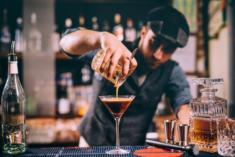 Ce te așteaptă la un post de barman: avantaje, dezavantaje și detalii mai puțin cunoscute