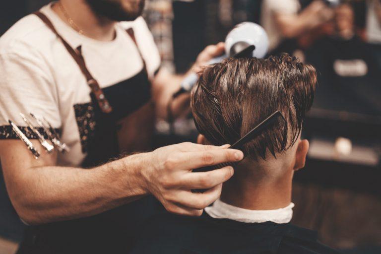Ce te așteaptă la un job de frizer: avantaje, dezavantaje, detalii mai puțin știute