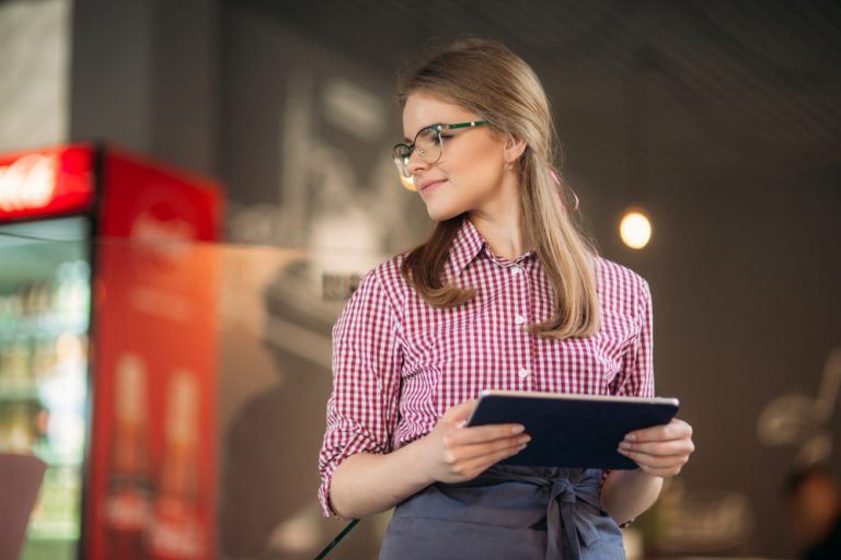 Job de vacanță: cum te angajezi pe perioadă scurtă și ce spune legea