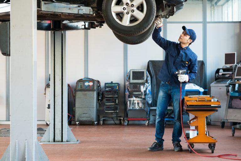 Profesia de mecanic auto: cât poți câștiga, ce presupune și care sunt aptitudinile de care ai nevoie