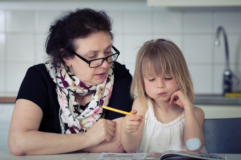Asistent maternal – cum primești atestatul, ce calități trebuie să ai și cât poți câștiga