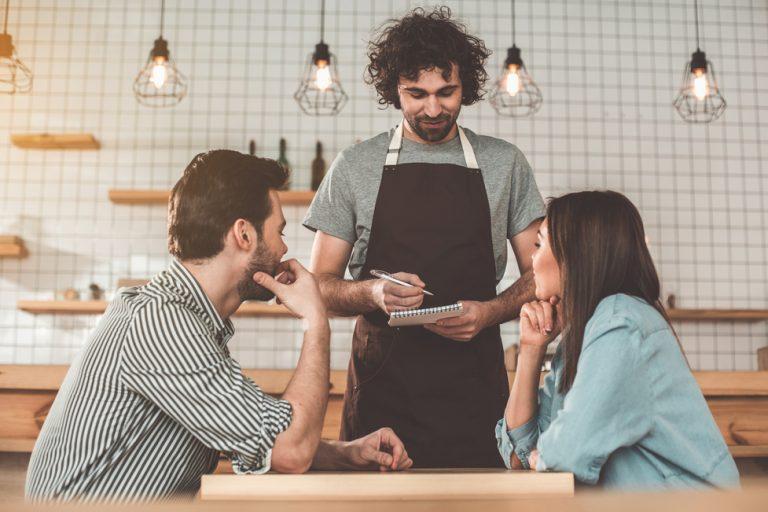 Ce te așteaptă la un post de ospătar: avantaje, dezavantaje și detalii mai puțin știute