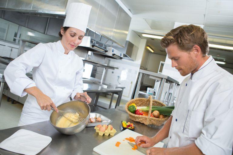 Ce te așteaptă la un job de ajutor de bucătar: avantaje, dezavantaje și detalii mai puțin știute