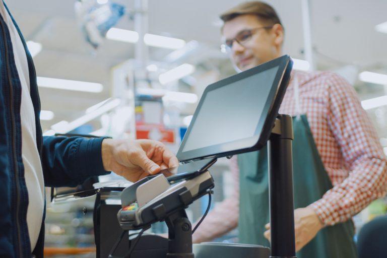 Ce te așteaptă la un job de casier: avantaje, dezavantaje și detalii specifice