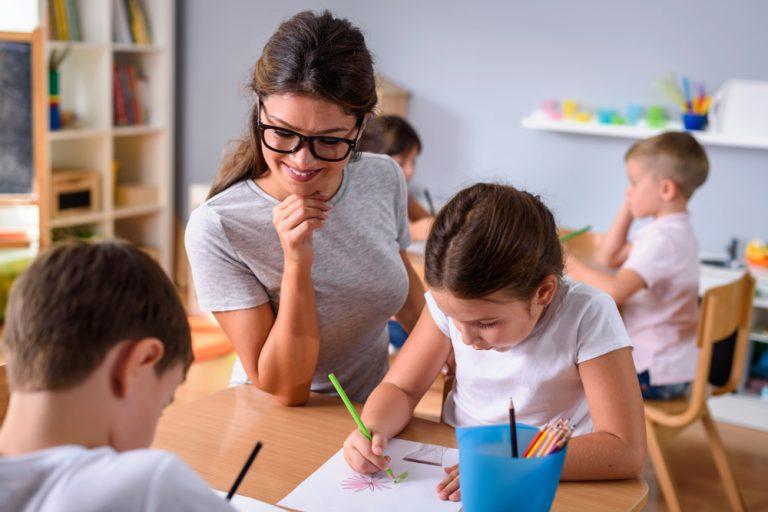 Meseria de educator/educatoare: ce trebuie să faci, de ce calități ai nevoie și cât poți câștiga