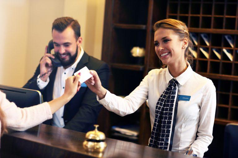 Vrei să devii recepționeră de hotel? Iată avantajele, dezavantajele și detaliile mai puțin știute ale acestui job