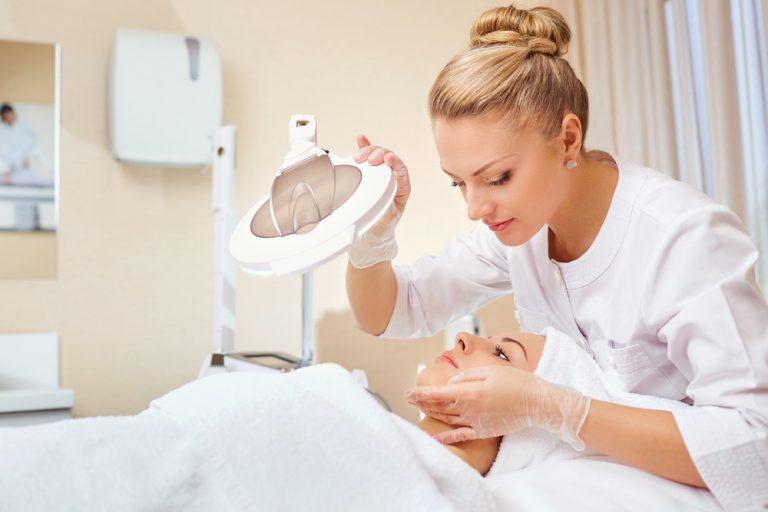 Meseria de cosmeticiană: salariu, pregătire si competențe necesare