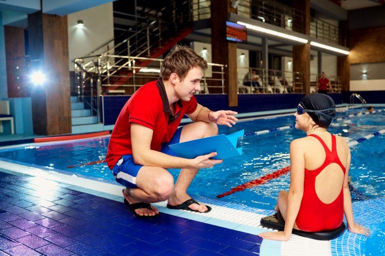 Instructorul de înot: ce trebuie să faci, de ce calități ai nevoie și cât poți câștiga