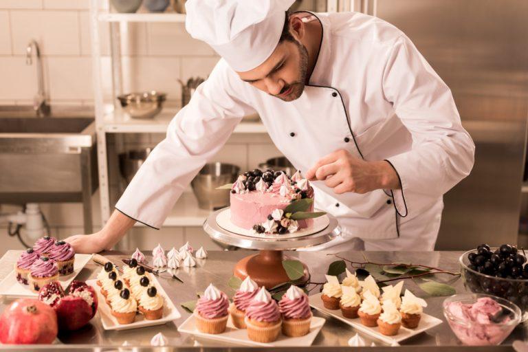 Ce te așteaptă la un job de cofetar: avantaje, dezavantaje și detalii mai puțin cunoscute