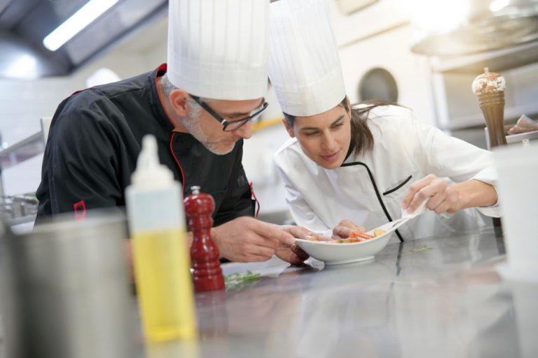 Ajutorul de bucătar – la ce salariu să te aștepți, responsabilități și aptitudini necesare