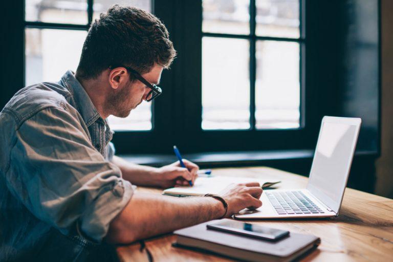 10 abilitati si calificari care te ajuta sa muncesti de acasa