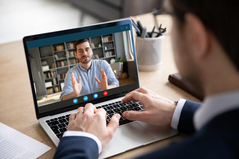 Găsește-ți un job de acasă – cum te prezinți la un interviu online ca să devii, din candidat, proaspăt angajat