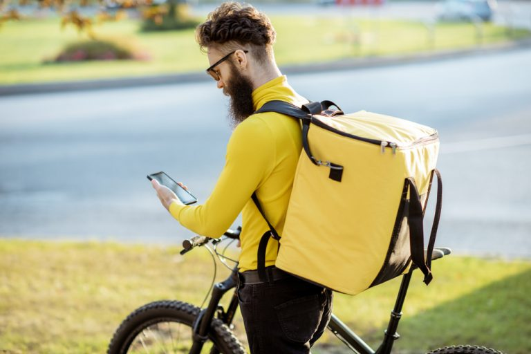 Livrator pe două roți: ce trebuie să știi dacă vrei să transporți mâncare cu scuterul sau bicicleta