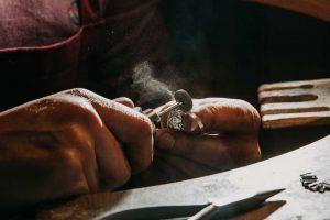 In ce consta jobul de bijutier
