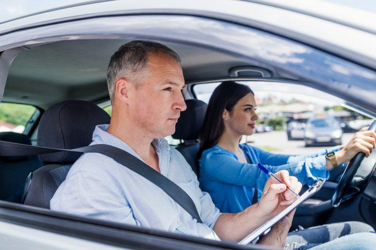 Ce trebuie să știi dacă vrei să devii instructor auto – avantajele și dezavantajele meseriei