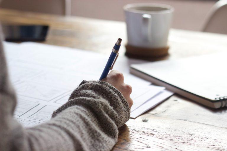 Cum îți faci un CV care să iasă în evidență