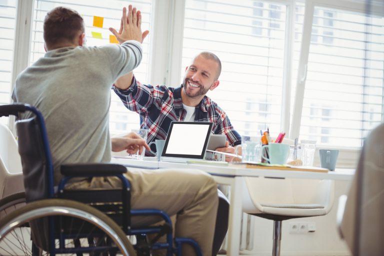 Cum comunici eficient la locul de muncă dacă ești o persoană cu dizabilități