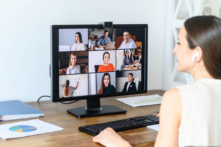 Cum poți menține o comunicare permanentă cu echipa chiar dacă nu mai lucrați de la birou