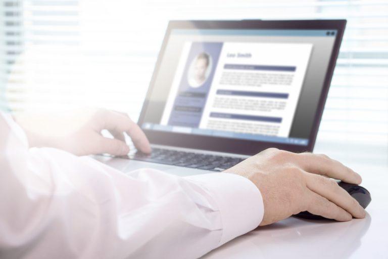 Cum te ajută un CV maker online să obții jobul dorit și cum îl folosești eficient