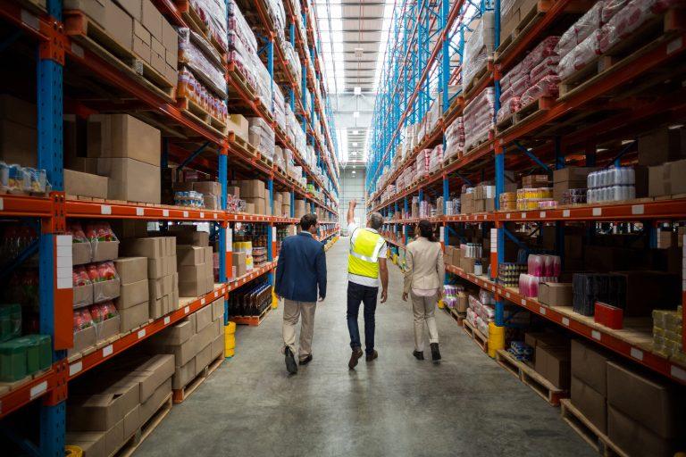Ce trebuie să știi înainte să te angajezi pe un post în logistică – avantaje și perspective de viitor